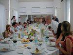 長テーブルで150人の正餐です